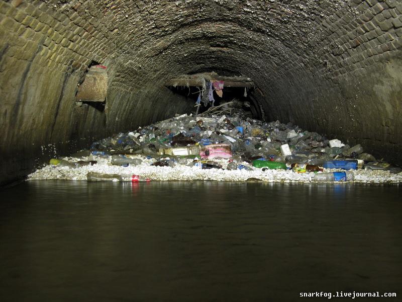 Мусор в подземной реке Половица
