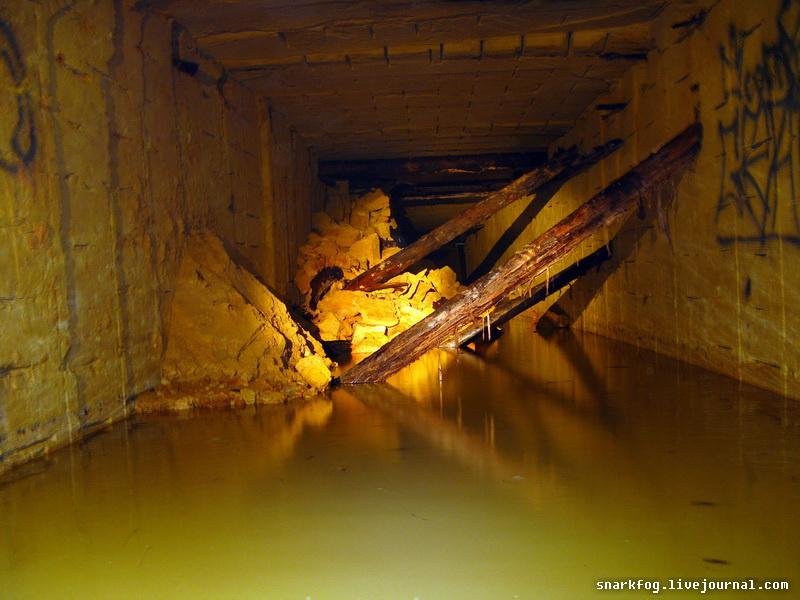 Упавшие шахтные крепи