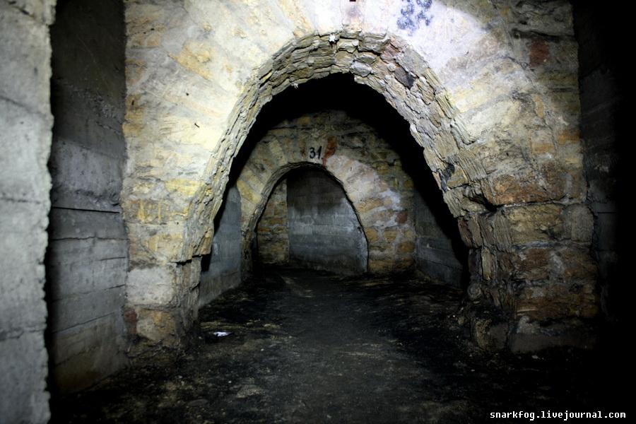 Старинные арки в катакомбах