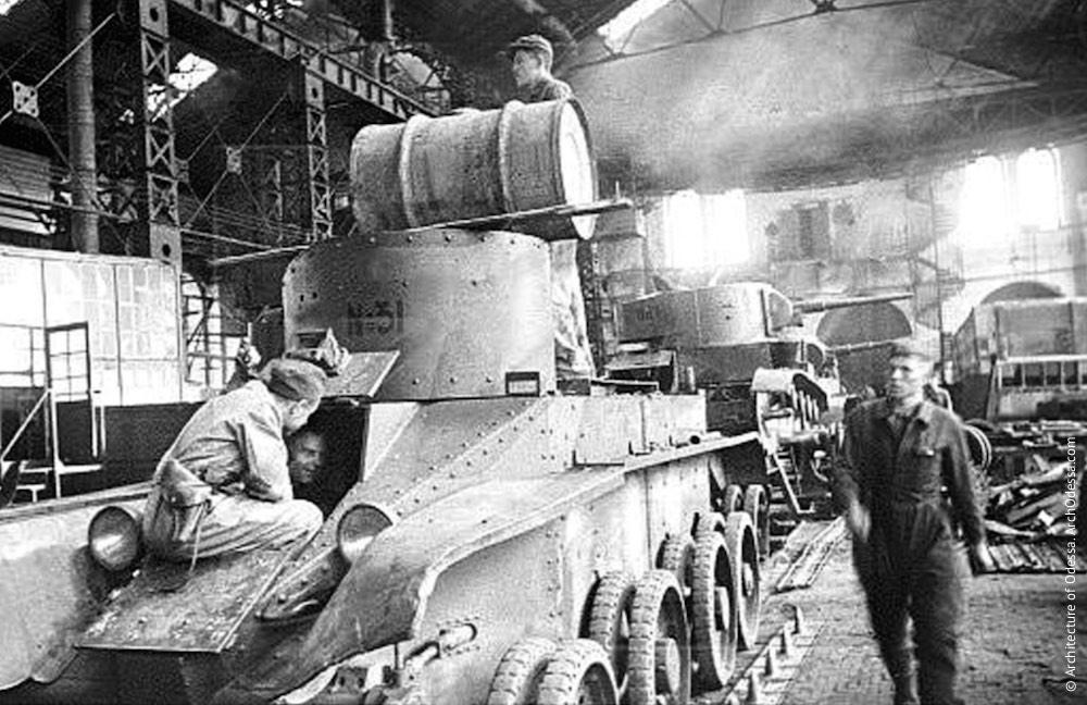 Ремонт танковв большом паровозном цеху