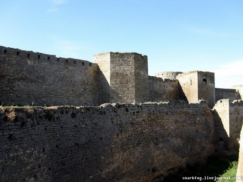 Стена и пересохший крепостной ров.